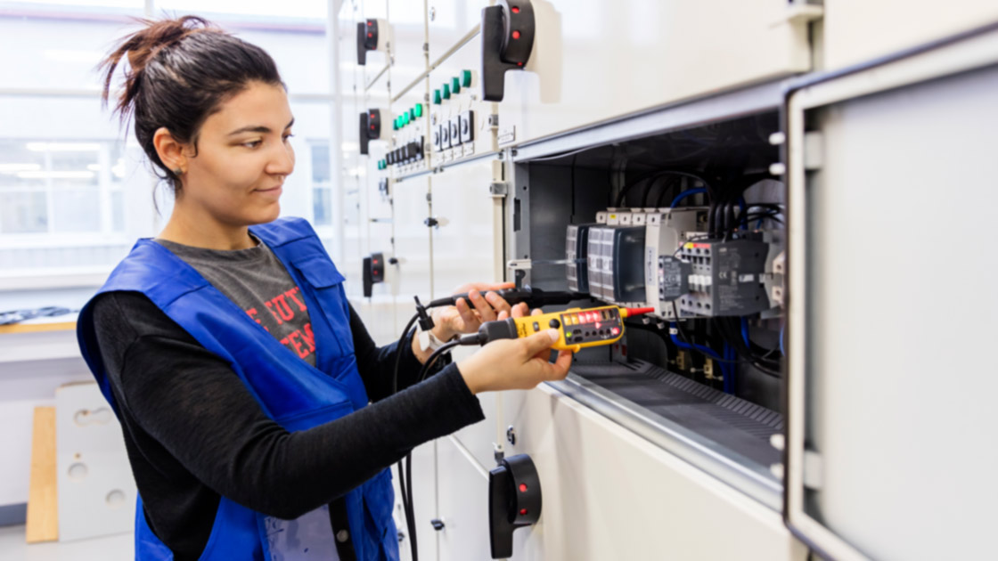 Sähkö- ja automaatioalan opiskelija harjoitustöissä.