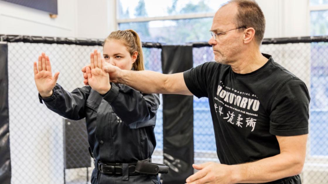 Turvallisuusalan opiskelija harjoittelemassa opettajan kanssa.