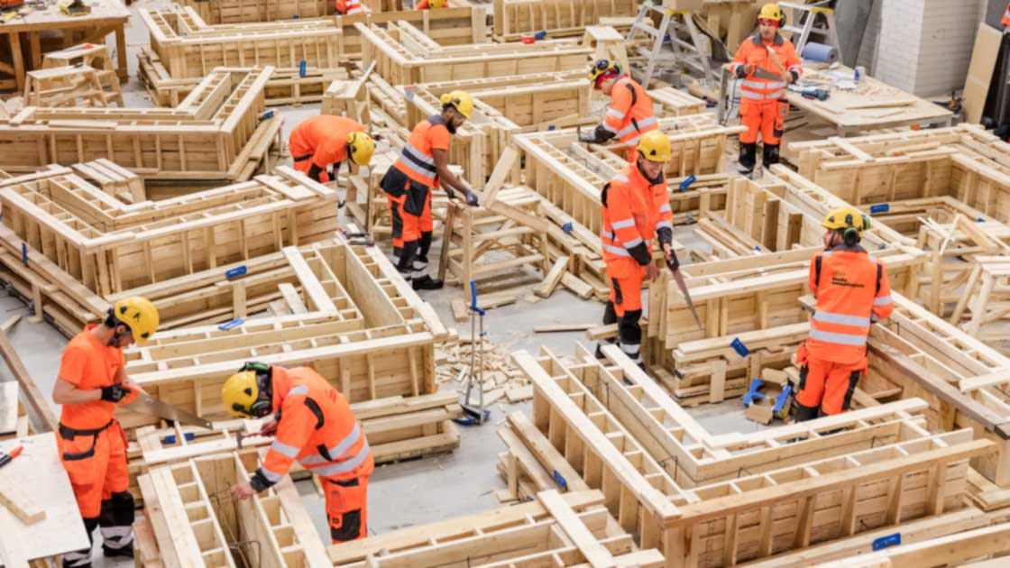 Rakennusalan opiskelijoita harjoitustöissä.