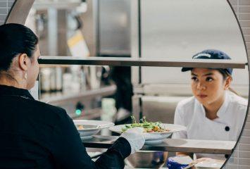 Ravintola- ja catering-alan opiskelijoita harjoitustöiden parissa.