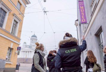Matkailualan opiskelijoita Helsingin keskustassa.