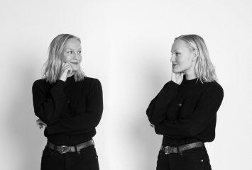 Nuori naishenkilö seisoo kaksoiskuvansa vieressä.