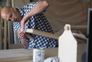 Puuteollisuuden perustutkinnon opiskelija Juhani Pulkkinen tekemässä puutyötä.