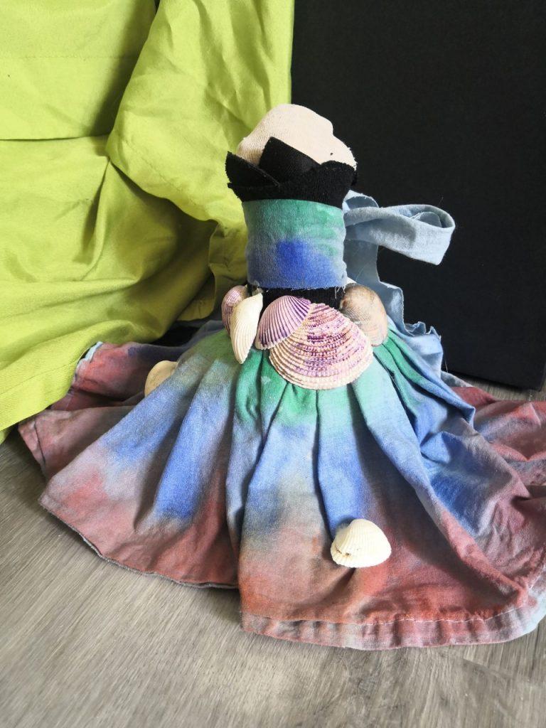 Johanna Lackmanin teos Taidetta kahdessa tunnissa -sarjasta SAKUstars-kilpailussa, monimateriaalinen naisfiguriini.