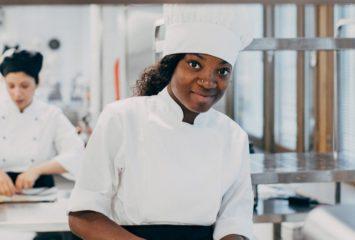 Ravintola- ja catering-alan opiskelija harjoittelemassa.